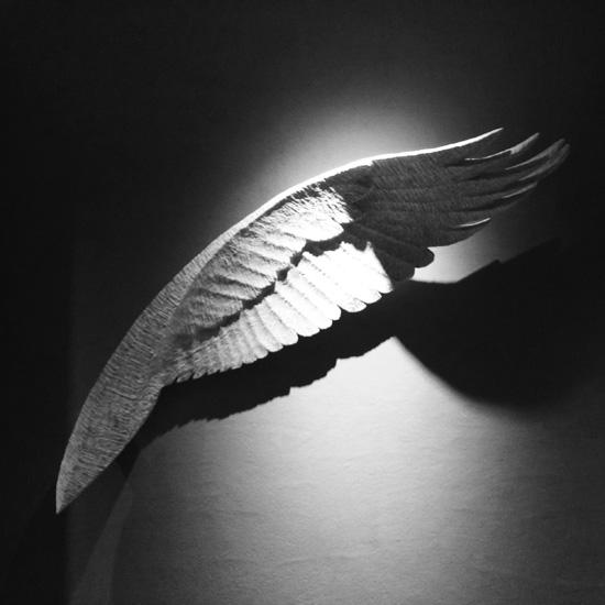 鶴雅のロビー近くの翼の彫刻