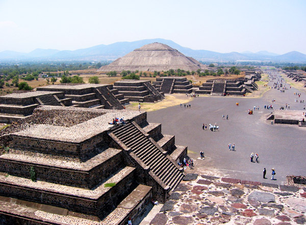 太陽のピラミッドと月のピラミッド