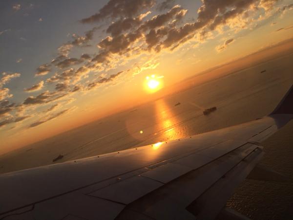 飛行機から撮った東京湾の夜明け
