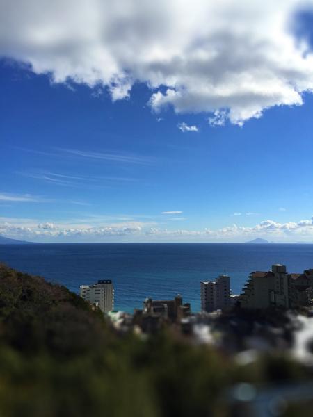 温泉旅館の部屋から見えた新春の海