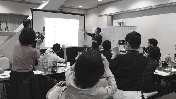 札幌塾の講義 みんなスマホでスライド撮影