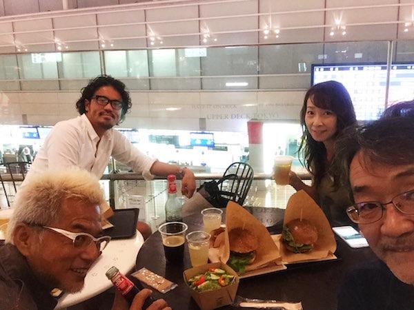 スタッフと羽田空港で食事