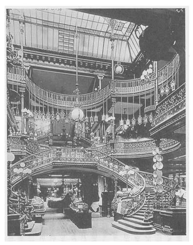 ボン・マルシェの店内は天井がガラス張りになっていて、吹き抜けになっている。 三越日本橋本店はこれを真似た。