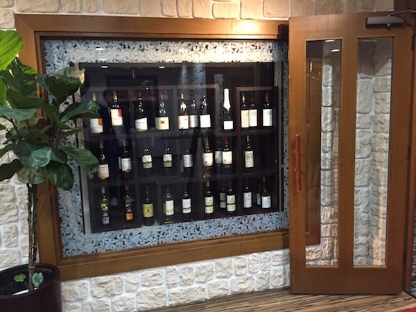ホテルのレストランの入り口 ワインが並んでいる
